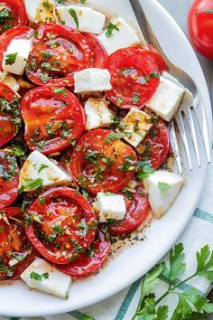 with Mozzarella Marinated Tomatoes – A perfect hors d'oeuvre full of fresh summer flavors!Marinated Tomatoes – A perfect hors d'oeuvre full of fresh summer flavors! Vegetarian Recipes, Cooking Recipes, Healthy Recipes, Medeteranian Recipes, Italian Recipes, Detox Recipes, Recipes Dinner, Cooking Tips, Comidas Light
