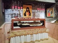 8 ΙΑΝΟΥΑΡΙΟΥ ΓΙΟΡΤΗ: Ο Άγιος Γεώργιος Χοζεβίτης τιμάται αύριο 8 Ιανουαρίου 2019 από την Εκκλησία μας. Ο Όσιος Γεώργιος γεννήθηκε σ' ένα χωριό της Κύπρου από γονείς ευσεβείς. Είχε και ένα μεγαλύτερο αδελφό που τον έλεγαν Ηρακλείδη. Αυτός λοιπόν, όταν ακόμα ζούσαν οι γονείς τους, πήγε στους Αγίους Τόπους για να προσκυνήσει. Αφού προσκύνησε, κατόπιν πήγε στη Λαύρα του Καλαμώνας που βρισκόταν κοντά στο σημερινό μοναστήρι του Αββά Γερασίμου στον Ιορδάνη και εκεί έγινε μοναχός. Ο δε Γεώργιος πα...