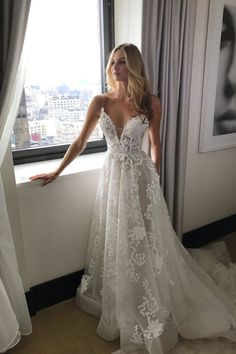 Sexy Tulle V-neck See-through Applique Beach Long Spaghetti Straps Wedding Dress