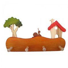 Colgador de madera Casita del Bosque, teñido con tintes no tóxicos y tratados de forma natural. También disponible en Caja de Música y en diversos colores. Precio 29,60€ http://www.artesania-alla.es