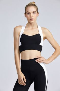 This supportive bra from Monday Active features contrast color blocking in neoprene with non adjustable wide straps, racer back keyhole detail and a self lining for extra support. This bra also features an elastic band under the bust for ultimate comfort. Looks Academia, Sports Bra Outfit, Sports Crop Tops, Best Sports Bras, Gym Style, Moda Fitness, Sporty Outfits, Sport Casual, Bra Styles