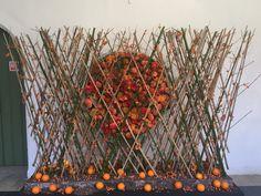 Roses et faux escargots orange sur une structure en bamboo