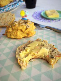 CA. 6 STK  4 æg 150 g hytteost 30 g smør, smeltet 1 stor gulerod 1 dl solsikkekerner 2-2,5 dl Pofiber 1 spsk Sukrin Gold 1,5 tsk kanel 1,5 tsk stødt kardemomme