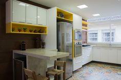Piso em ladrilho, parede em porcelanato COBRE e armário com destacado em Amarelo