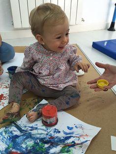 Bebé de 15 meses en clase de development and baby gym in english. Con la pintura de dedos se fomenta la imaginación y la libertad de expresión. Los niños mejoran su sensibilidad táctil, experimentan una textura diferente y estimulan su coordinación ojo-mano.
