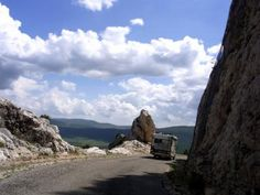 ヴァール県とオート・プロヴァンス県にまたがる、広大なヴェルドン渓谷自然公園。石灰岩の白く深いV字の谷と、その底に流れるコバルトブルーのヴェルドン川。20世紀初頭まで完全に踏破されることのなかったヨーロッパ屈指の大自然はまた、珠玉の鷲ノ巣村の宝庫でもあります。  断崖の道でキャンピングカーと対向したり、猛スピードで迫って来る地元の車に怯えたり、久々のMT車にエンストの恐怖と闘ったりと、たくさんのスリルを味わいながらも、荒々しい自然と美しい鷲ノ巣村を満喫したドライブでした!