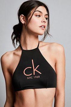 Calvin Klein – Hochgeschlossenes Bikinioberteil in Schwarz - Urban Outfitters