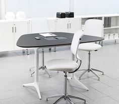 Møte- og loungebord -  Dagens innredningsbehov dreier seg mer og mer om å jobbe sammen, både formelt og uformelt. Integrerte tekniske løsninger er en forutsetning. I tillegg til bord til arbeidsplassen tilbyr EFG HOV+DOKKA et stort antall forskjellige bord for møter og fellesarealer.