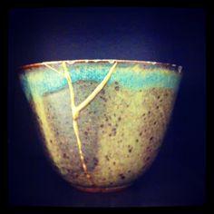 Kintsugi is een eeuwenoude techniek waarmee Japanners hun keramiek repareren. Niet met onzichtbare lijm, maar  door de scheur met goud op te vullen. Als iets gebarsten is, heeft het een geschiedenis en dat geeft het karakter.  Ook mensen kunnen breken. Na een opeenvolging van verdrietige gebeurtenissen stond ik voor de keus: de krassen uit mijn ziel wegpoetsen of de inkervingen benadrukken door ze op te vullen met goud. Ik koos voor het laatste en schreef 'Alea'.