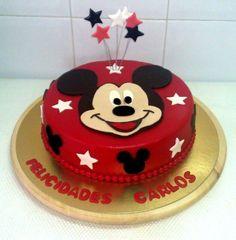 Pues ya estaba tardando un encargo con motivo Disney. Una tarta Mickey Mouse. Y preveo que no será la última de Disney porque sus personajes dan para mucho. El contraste entre el rojo y el negro en una tarta es espectacular.