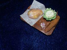 Pollo crudo, ajo y col miniatura, porcelana fría. Row chicken miniature
