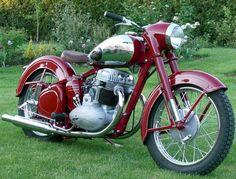 1956 Jawa 500 OHC motorsiklet Motos Vintage, Vintage Cycles, Vintage Bikes, American Motorcycles, Vintage Motorcycles, Cars And Motorcycles, Moto Jawa, Moto Bike, Classic Road Bike