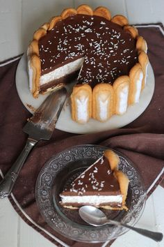 Chocolate e coco charlotte Charlotte Dessert, Charlotte Cake, Sweet Recipes, Cake Recipes, Dessert Recipes, Food Cakes, Cupcake Cakes, Bolo Minnie, French Desserts