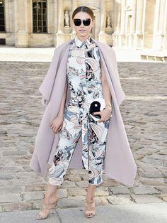 Die Luxus-Labels statten Kristina Bazan für ihre Shows aus: bei diesem Streetstyle hat ihr Dior unter die Fashion-Arme gegriffen.