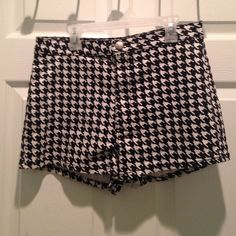 Houndstooth High waisted shorts These high waisted shorts are printed with the houndstooth pattern. They only have back pockets. Perfect condition, only worn once. Forever 21 Shorts