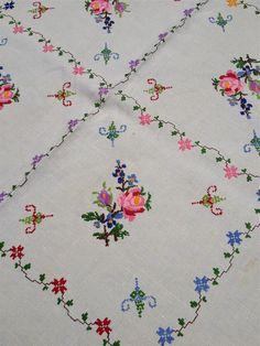 Mantel de lino bordado de flores vintage por MonkeyGrassDesigns