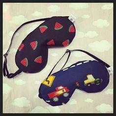 Máscaras de dormir com elástico regulável: encomenda pronta! #melancias #carrinhos #meninas #meninos #kids #mascaras #dormir #soneca #tapaolhos #mascaradedormir #mascaraparasoneca #produtosprontos #estampasfofas #estampasdivertidas #frio #sono #siesta