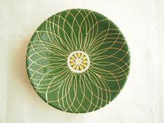 花モチーフの小皿です。スペイン製の釉薬をスポイトを使って絵付けして表面に凹凸があるのが特徴です。和食にも洋食にも合うように、深い混色を使いました。お色は花びら...|ハンドメイド、手作り、手仕事品の通販・販売・購入ならCreema。
