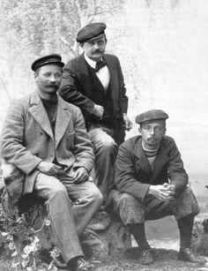 I.K.Inha, Jean Sibelius ja Eero Järnefelt yhteiskuvassa 1898. Edelliset luokkakavereita, jälkimmäiset langoksia ja suuria suomalaistaiteilijoita. Kaikilla kolmella sympatiat ja teoksia Karjalasta ja erämaista. Kuten kaikilla Suolahden taiteilija-vierailla.