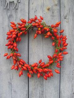 Hagebutten-Türkranz (Quelle: Pinterest/Gardenista.com)Für den Kranz verwendet man möglichst lange Hagebuttenzweige. Die Zweige aneinanderlegen, zu einem Ring formen und mit Blumendraht fixieren.