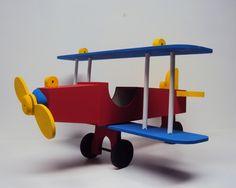 Avião decorativo fabricado em mdf usado para decoração de festa de aniversario, enfeite de mesa,lembrancinha e quarto de bebe. <br> <br>Valor apenas do avião de 50 cm, não acompanha o menor. <br> <br>Peça entregue com pintura, a pintura é escolhida pelo cliente e sujeita a disponibilidade da cor da tinta em estoque, precisa nos informar a cor desejada antes da compra. <br> <br>Tamanho: 50 x 50 cm