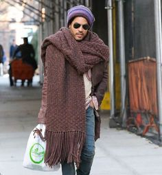 Big scarves are quickly occupying our wardrobes and minds, they are cozy, stylish and ensure unsurpassed comfort, but when a big scarf is actually too big?