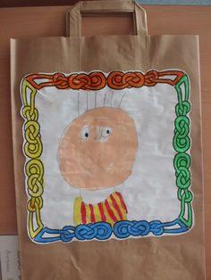P5: bossa per tots els àlbums.  Els nens es fan un autoretrat. El seu dibuix i el marc el pinten amb ceres. Paper Shopping Bag, Bags, Home Decor, Handbags, Homemade Home Decor, Dime Bags, Lv Bags, Purses, Decoration Home