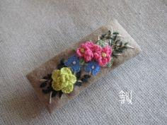 자수 헤어핀 두 점 만들어봅니다. 꽃자수 헤어핀 나뭇가지 한 묶음 자수 헤어핀 모직으로 만든 헤어핀은 매... Creative Embroidery, Embroidery Art, Embroidery Stitches, Craft Bags, Textile Jewelry, Hair Pins, Needle Book, Projects To Try, Textiles