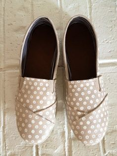 DIY painted Toms shoes. I really love this style without any reasons.