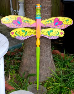 My first attempt at making a wooden dragonfly. The base is a staircase spindle and the wings are cut from pine boards. I add a finial at the bottom and top as well as wooden eyes. I add antenna using wire and beads. It takes me days to make one dragonfly. Fan Blade Dragonfly, Dragonfly Yard Art, Outdoor Crafts, Outdoor Art, Outdoor Gardens, Garden Crafts, Garden Art, Yard Art Crafts, Garden Junk