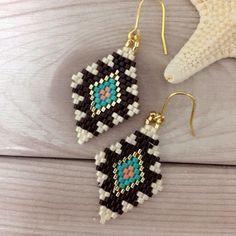 Brick or peyote beaded earrings. Native Beading Patterns, Beaded Earrings Patterns, Seed Bead Patterns, Seed Bead Projects, Beading Projects, Beading Tutorials, Seed Bead Jewelry, Bead Jewellery, Seed Bead Earrings