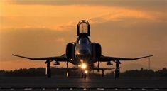フライトを終え、地上走行するF4ファントム。夕日が反射して、機体が輝いた=茨城県小美玉市の航空自衛隊百里基地(鈴木健児撮影)