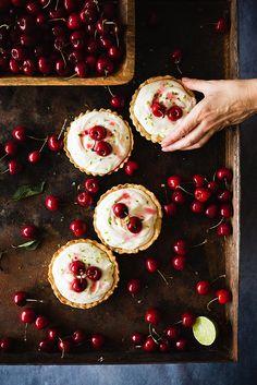 Hand by Raquel Carmona Cherry Crumble, Peach Crumble, Berry Cobbler, Apple Cobbler, Blueberry Crumble, Strawberry Tart, Cherry Tart, Fruit Tart, Bake My Cake