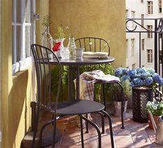Balkongestaltung Musterteppich Sitzbank Holz Blaue Kissen ... Terrassen Und Balkongestaltung 35 Hubsche Beispiele