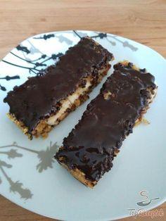Az igazat megvallva egészséges, fitnesz édességet készíteni szerintem nem egyszerű. Mindegyikben van valami, amit nem szabad, mert túl édes, vagy túl olajos, vagy éppen valami olyannal van helyettesítve, ami valakinél kiveri a biztosítékot. Mégis, ez a leggyorsabb egészséges torta cukor és liszt nélkül szerintem beletartozik az egészséges kategóriába – persze egy kis mértékletességgel. Nem fogyasztom minden nap, de ha rám tör az édes utáni vágy, akkor ezt választom. A tészta összeállítása…