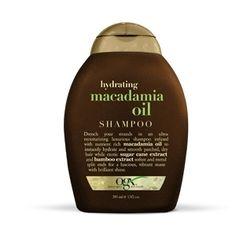Macadamia Oil Shampoo OGX De oplossing voor droog en poreus haar De romige formule en de heerlijke geur van de Macadamian Oil-serie zorgt voor een ware verwennerij van je haar en je zintuigen. De luxe hydraterende Macadamia Oil Shampoo zorgt voor een goede vochtbalans in je haar, dat schoon en soepel aanvoelt. De Macadamia Oil dringt diep door in de haarschacht, en hydrateert deze van binnenuit gedurende minimaal 12 uur. De olie voorkomt gespleten punten.