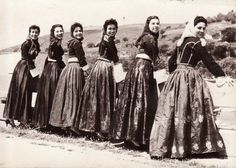 Κοπέλες με παραδοσιακές ενδυμασίες στα Χανιά, το 1950.