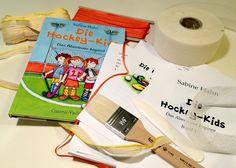 """""""Die Hockey-Kids"""", das Material: 25m Lesezeichen, 25m Kapitalband, Heftgaze, einige Eimer Leim... und riesige Vorfreude bei den Grundschul-Kids."""