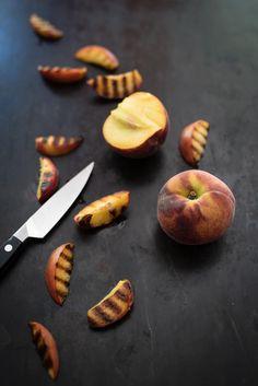 trickytine: quick'n'dirty: gegrilltes bergkäsesandwich mit parmaschinken, pfirsich und basilikum