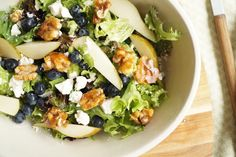 Pear salad with feta and caramelized walnuts - recipe Feta, Food N, Food And Drink, Vegetarian Recipes, Healthy Recipes, Greens Recipe, I Love Food, Food Inspiration, Gastronomia