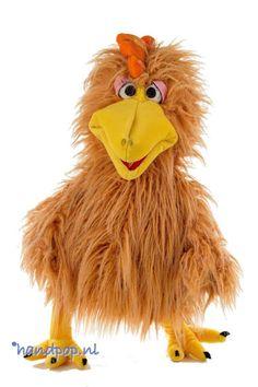 Herta is een vrolijke, dikke, zachte, goed gevulde kip handpop van Living Puppets. Ze heeft een grappige uitstraling en een echt 'kippenkontje'en is 60 cm groot