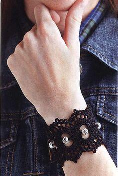 Patron Crochet Pulsera con Perlas - Patrones Crochet...Such a pretty bracelet,and free diagrams for making!!