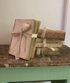 Diy Vintage Books, Diy Old Books, Old Book Crafts, Book Page Crafts, Recycled Books, Jar Crafts, Vintage Decor, Vintage Book Centerpiece, Lace Centerpieces