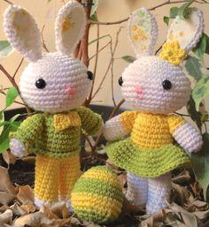 """Easter Deco. Bella pareja de conejos de Pascua con encantadores vestidos tejidos, que van a juego con el huevo que encontraron en el """"eggs hunter"""""""