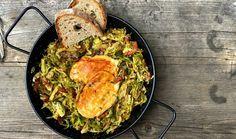 Vyzkoušejte skvělé kapustičky na slanině s medem. Výborně poslouží jako příloha, ale také lehký oběd. A že u vás růžičková kapusta příliš nefrčí? Stačí dobrý recept a z neoblíbené zeleniny se rázem stane skvělá příloha. #recept #kapusta #ruzickovakapusta #slanina #maso #obed #priloha #recipe #cabbage #bacon #meat #lunch #homemade Paella, Curry, Chicken, Meat, Ethnic Recipes, Curries, Cubs, Kai