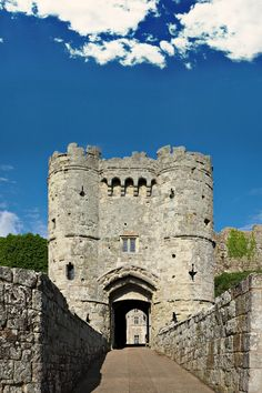 Of The Best English Castles That Have Incredible History Carisbrooke Castle in the Isle of Wight, England. Built in Castle in the Isle of Wight, England. Built in Travel Jobs, Ways To Travel, Best Places To Travel, 7 Places, Places To Visit, Carisbrooke Castle, European City Breaks, English Castles, Syria