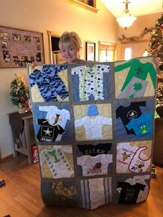 Wee quilt made from baby clothes. - Baby Clothes Crafts , Wee quilt made from baby clothes. Wee quilt made from baby clothes. Diy Baby Clothes Memory Quilt, Baby Memory Quilt, Baby Clothes Blanket, Old Baby Clothes, Sewing Baby Clothes, Baby Sewing, Quilts From Baby Clothes, Memory Quilts, Sew Baby