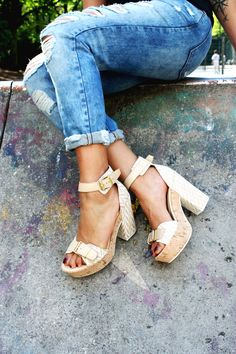 Unser Lieblings-Streetstyle-Look: Blockabsätze und eine ripped Jeans. Entdeckt mehr tolle Schuhe hier Pepe Jeans, Nike Sportswear, Lacoste, Adidas Originals, Converse, Puma, Dr. Martens, Billabong, Espadrilles