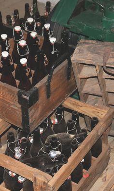 Nostalgie: Diese leeren Bierflaschen vom #Apostelbräu in #Hauzenberg haben's ins historische Biermuseum neben der Brauerei geschafft.
