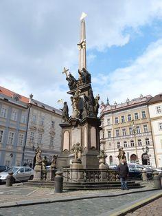 """Malá Strana (cuyo significado literal es """"Lado Pequeño"""", es el nombre original y actualmente también el oficial de la zona antes llamada Menší město pražské (""""El Distrito Pequeño de Praga""""), uno de los distritos más antiguos y de mayor representación histórica en Praga. El nombre de este distrito se debe a su posición en la ribera izquierda del río Moldava, en las lomadas que se encuentran a los pies del Castillo de Praga,"""